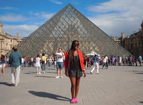 Jeta in front of the Louvre in Paris. (Photo: Siury Mercedes)