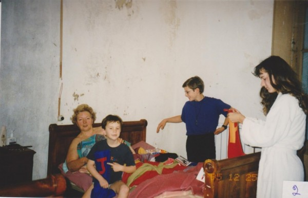 xmas-grandear-in-bed-with-children-001-600x387