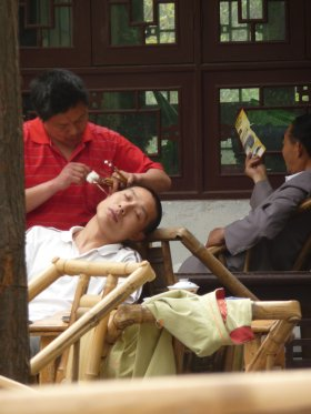 Ear cleaning in a Chengdu teahouse