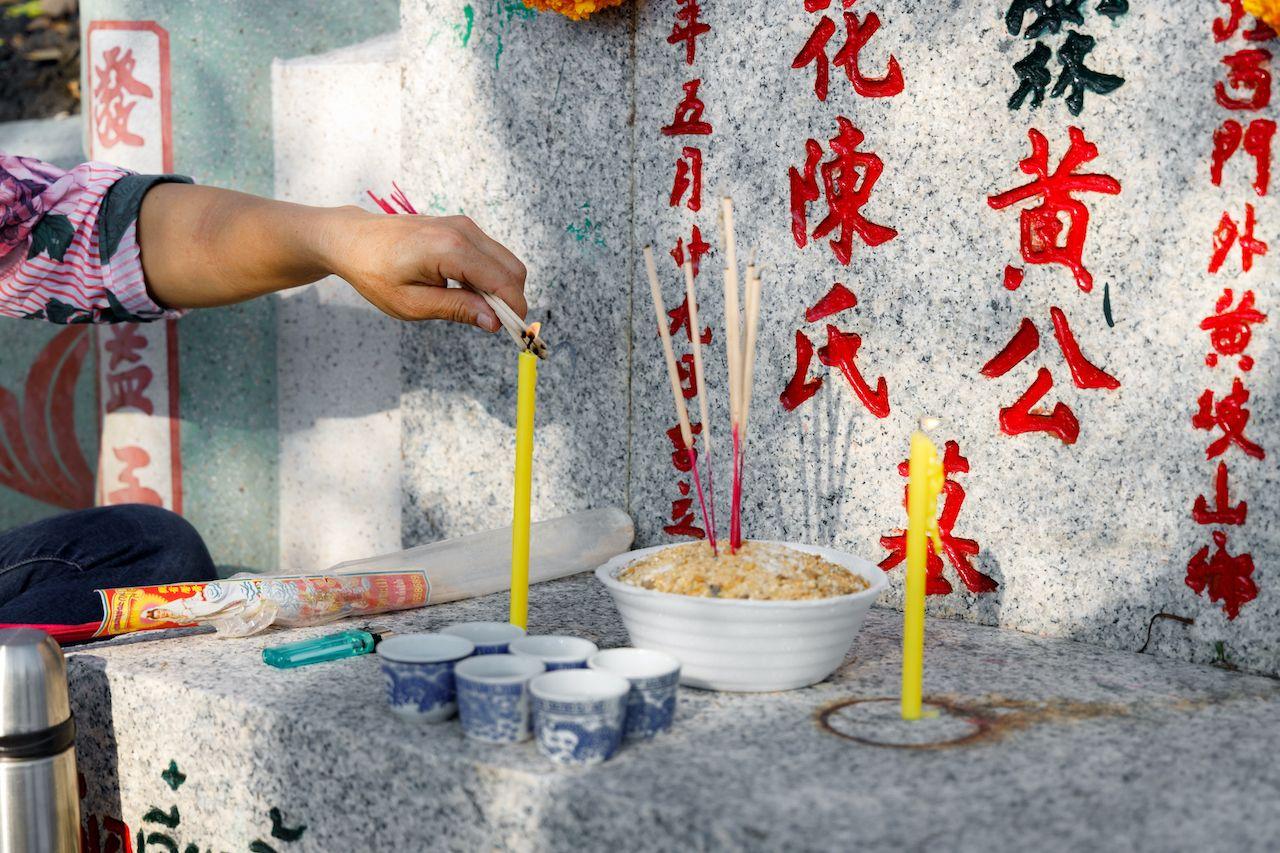 Offering to ancestors during Thai Qingming Festival