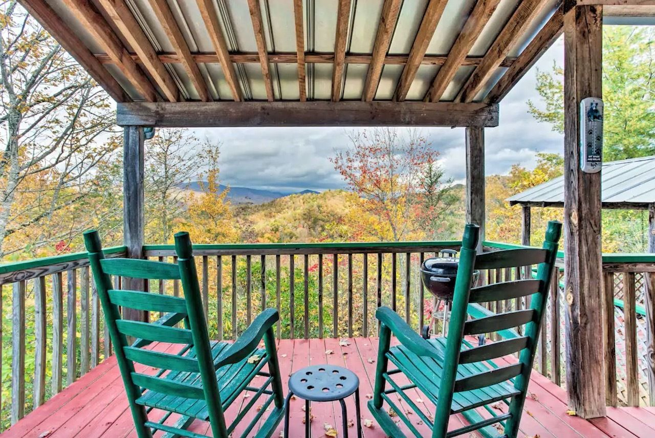 Cozy red log cabin in Bryson City North Carolina for rent on Airbnb