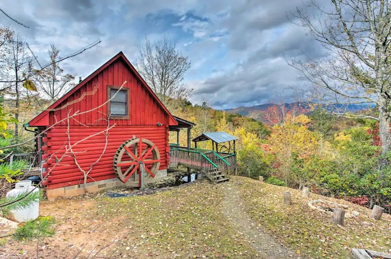 Cozy red log cabin in Bryson City North Carolina