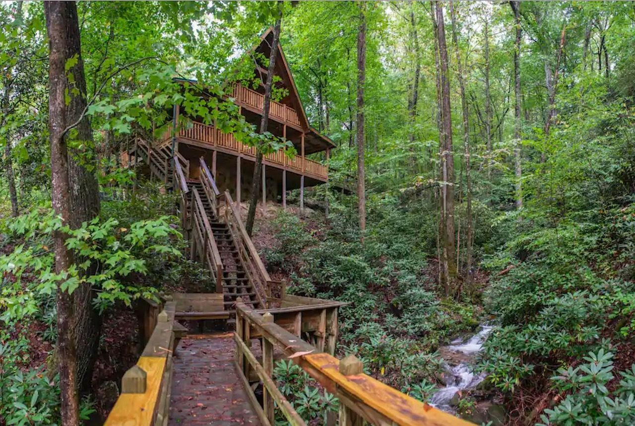 Creekside multi-deck cabin in Sevierville Tennessee