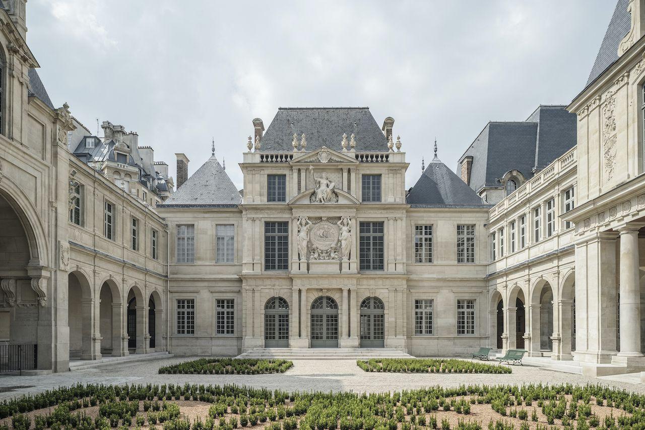 Musee Carnavalet Histoire de Paris exterior shot