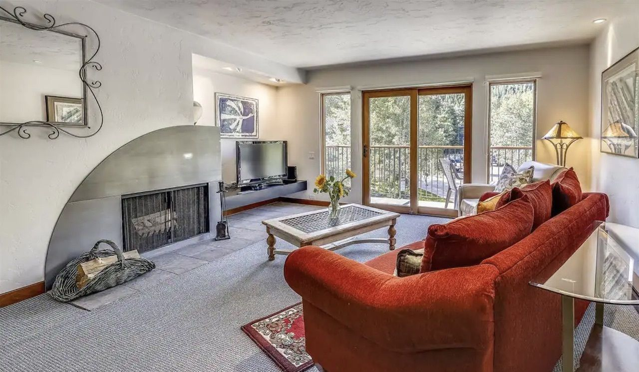 Charming Aspen condo with views and a balcony red couch with fireplace, Airbnbs in Aspen
