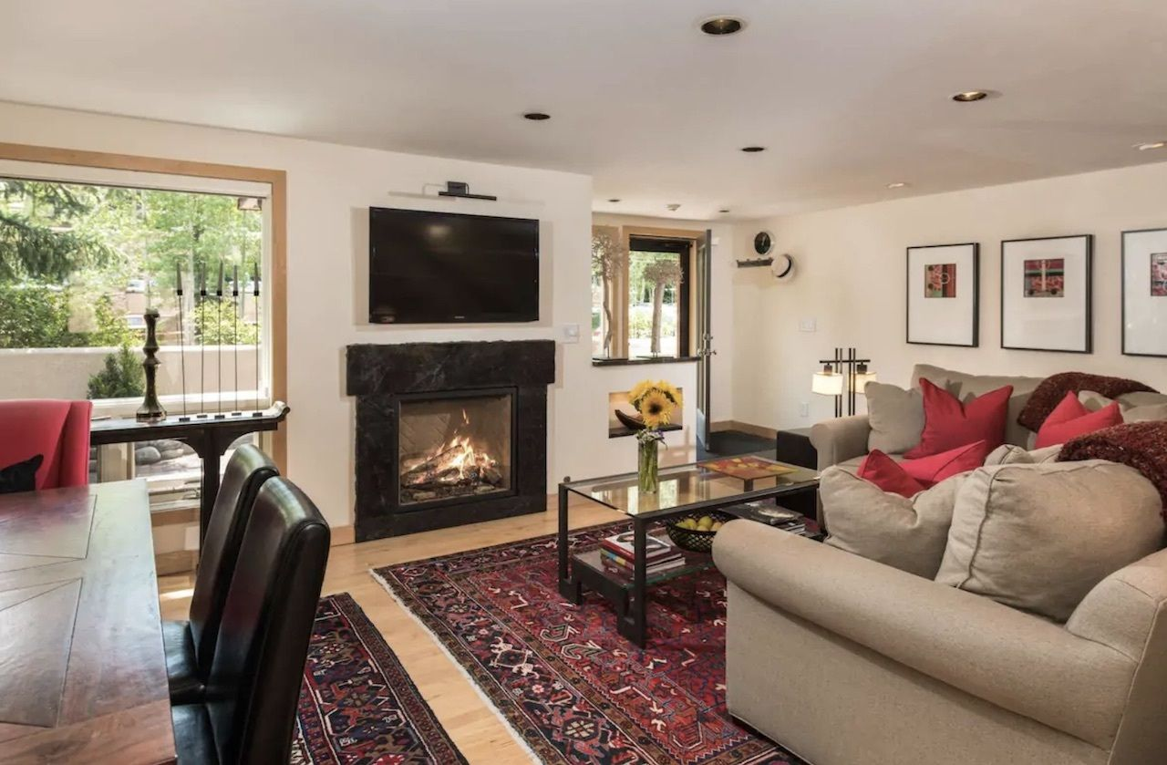 Large Aspen Highlands condo that sleeps eight living room with fireplace, Airbnbs in Aspen