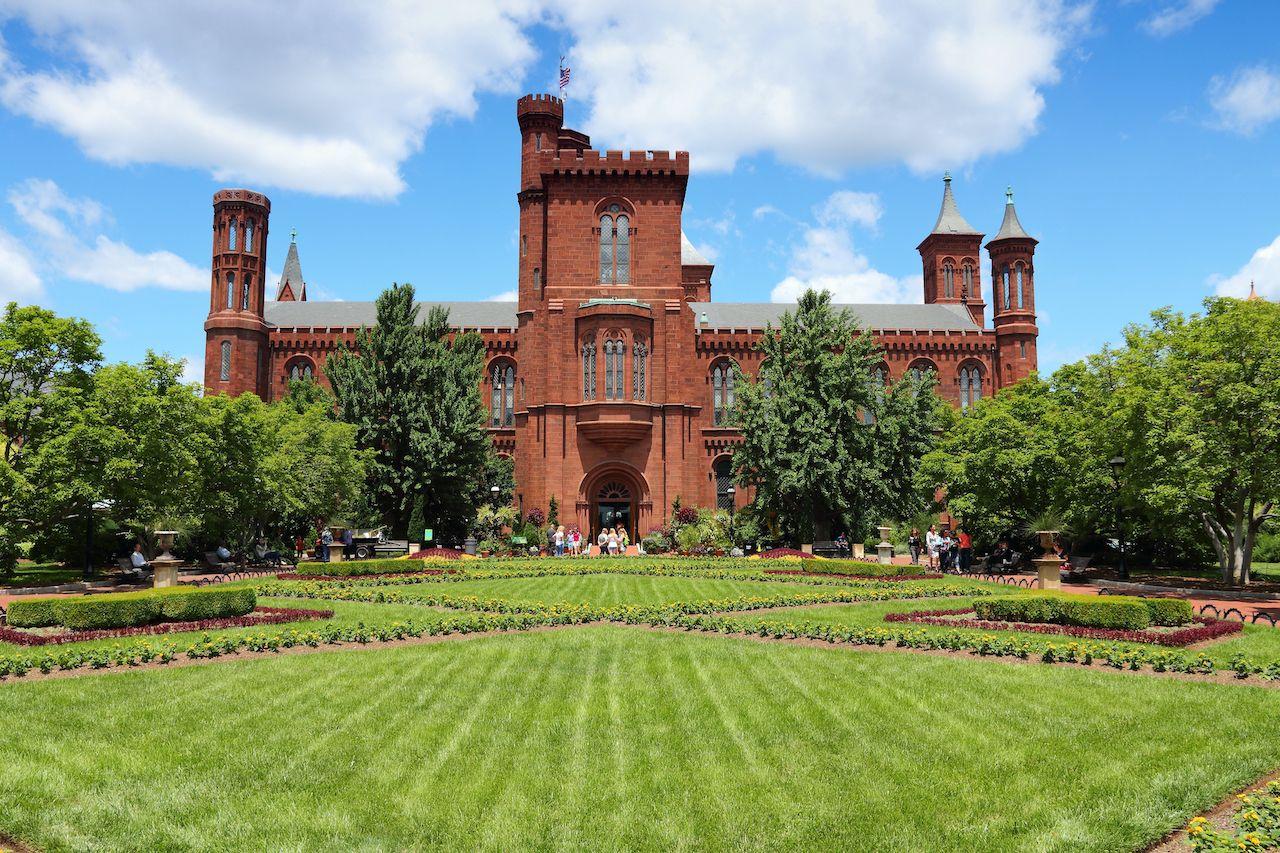 Washington,,Usa,-,June,14,,2013:,People,Visit,The,Smithsonian, Smithsonian museum