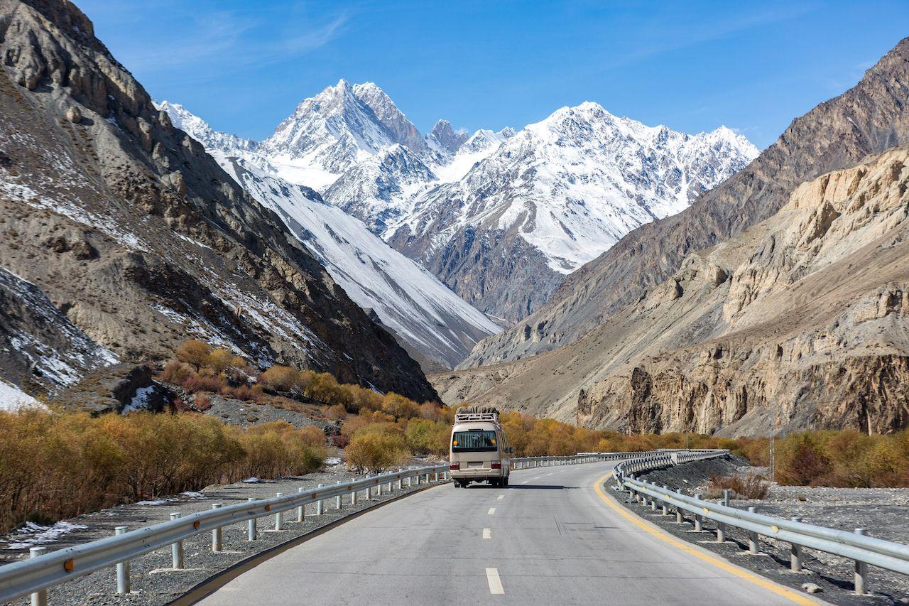 Karakoram-Highway-Tourist-bus-1453354919