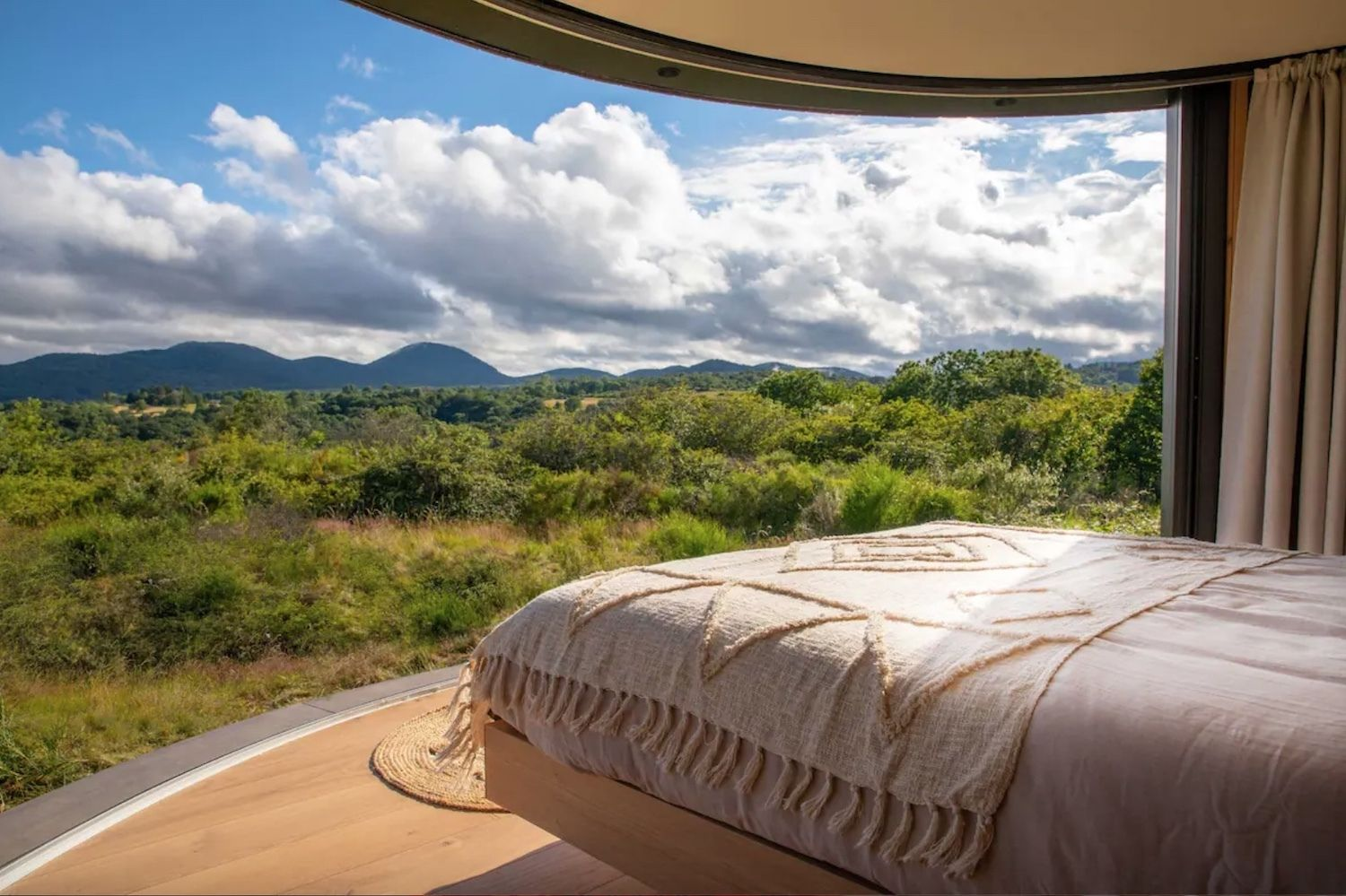 Tiny house Airbnb volcanoes, views France queen sized bed