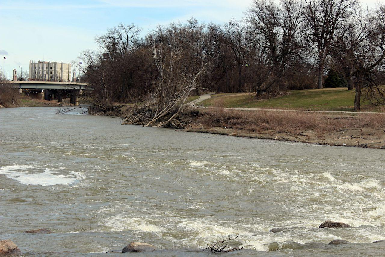 The,Red,River,By,Veterans,Memorial,Bridge,In,Fargo,,North, Fargo north dakota
