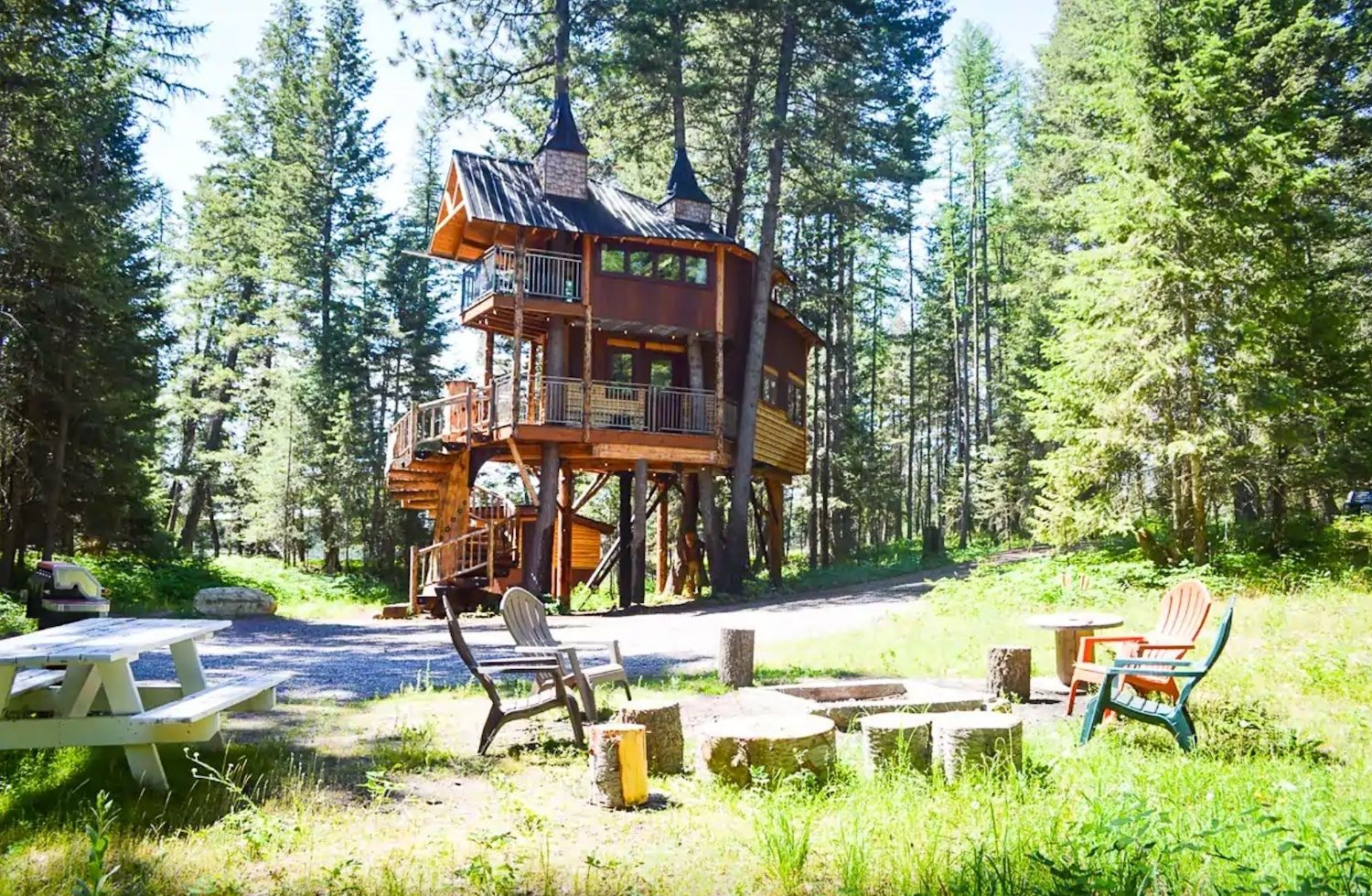 Exterior-meadowlark-treehouse-most-wishlisted-airbnbs-in-the-pacific-northwest