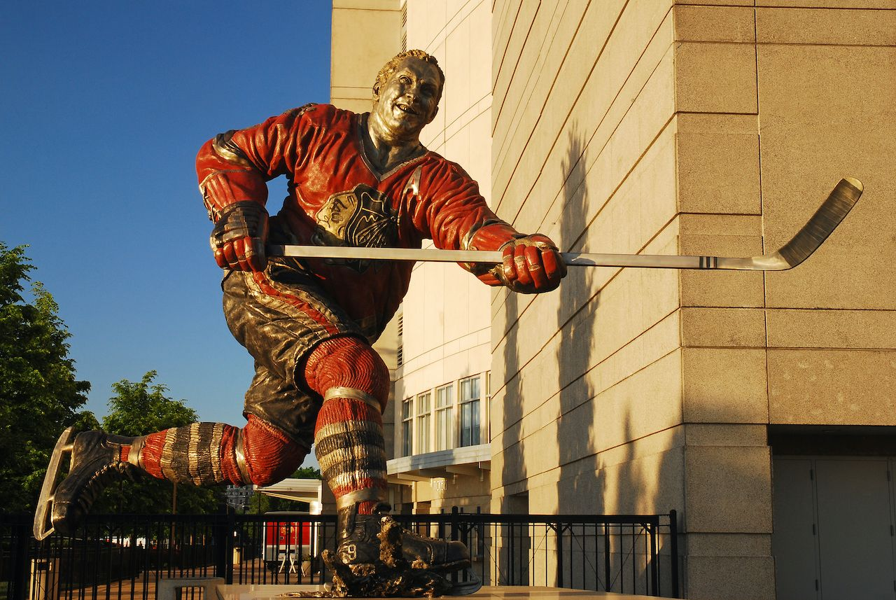 Chicago, IL, USA May 29 The Chicago Blackhawks hockey team honors legendary player Bobby Hull with a statue in front of the United Center, their home in Chicago, route 66