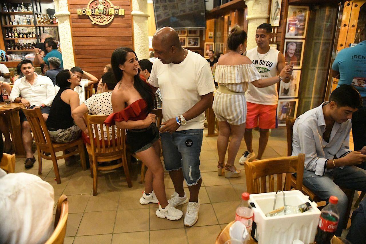 donde-Fidel-dancing-people-salsa-music