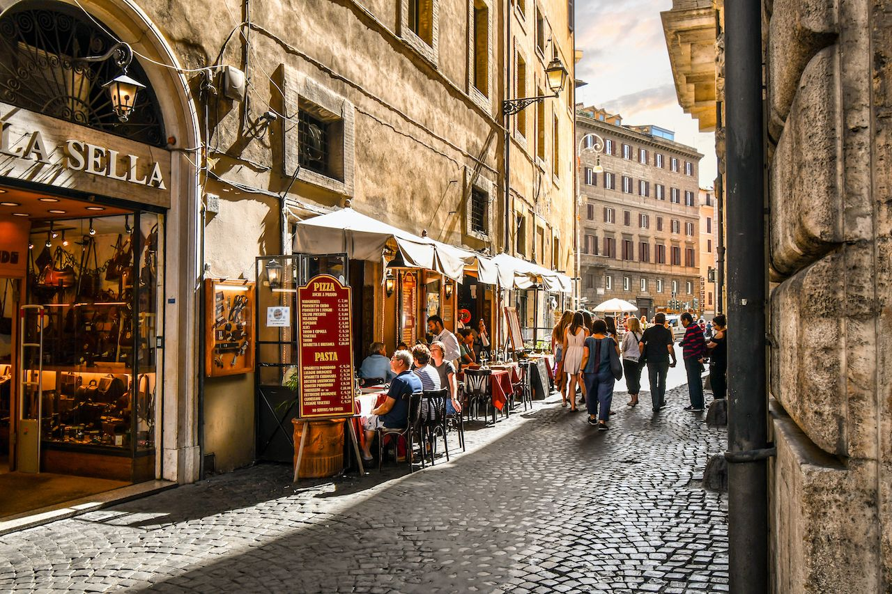Rome,,Italy,-,September,29,2018:,Tourists,And,Local,Italians