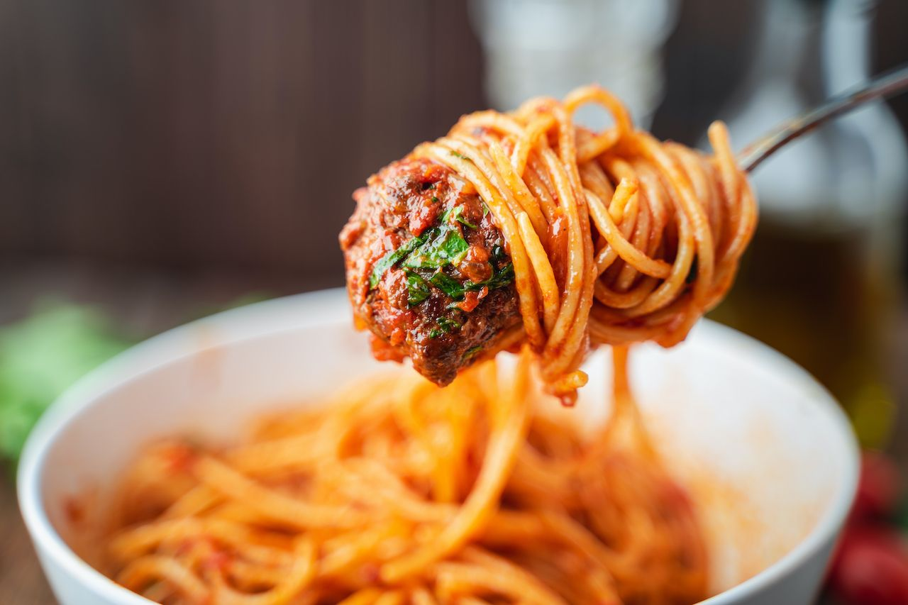 Spaghetti,And,Meatballs,With,Tomato,Sauce,In,White,Dish,On
