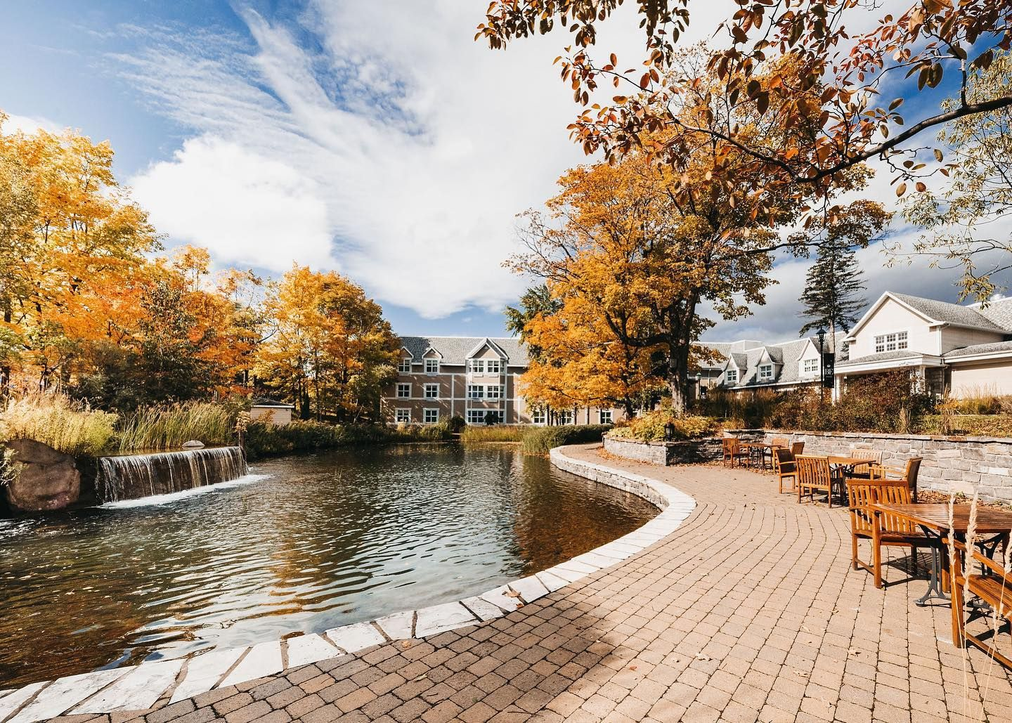 Le Bonne Entente Hotel in Quebec in the fall